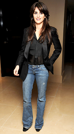 I'm seriously crushing over this sleek yet casual look of Penelope Cruz in a